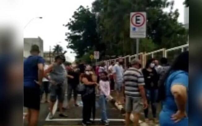 Espera por vacina gera aglomeração de idosos em Sumaré