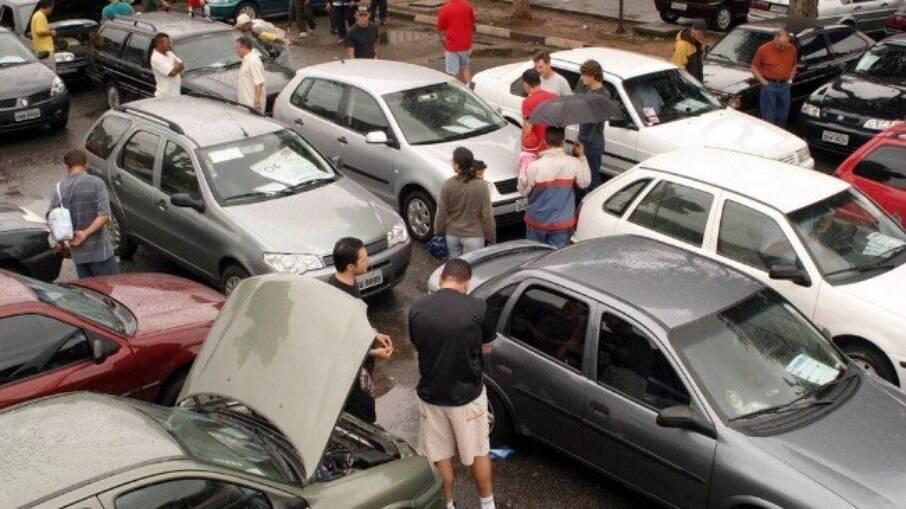 Vendas de carros usados continuam aquecidas com a falta de alguns modelos novos nas lojas e com preços nas alturas