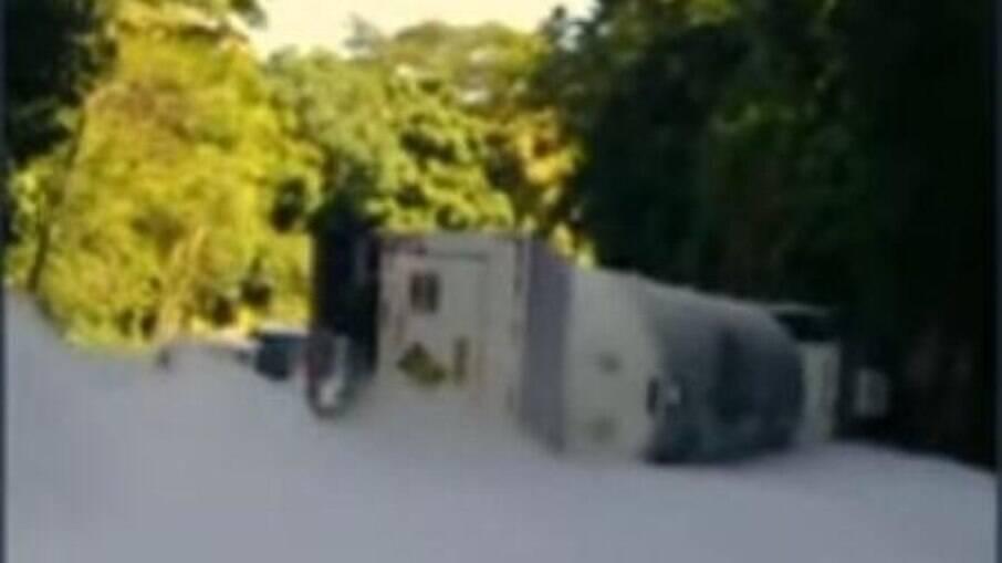 RJ: Caminhão que transportava oxigênio tomba em Petrópolis