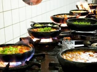 Moqueca capixaba sendo preparada em um restaurante de Vitória