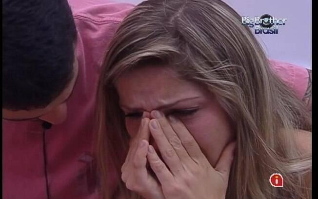 Renata chora e é levada ao Quarto Selva