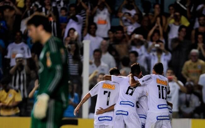 Atletas do Santos se abraçam após gol de  Neymar na vitória sobre o Palmeiras na Vila  Belmiro