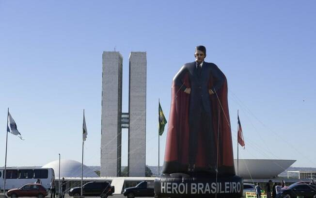 Boneco 'Super-Moro' em frente ao Congresso Nacional