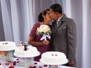 Isabel e Agenor diante do bolo de casamento
