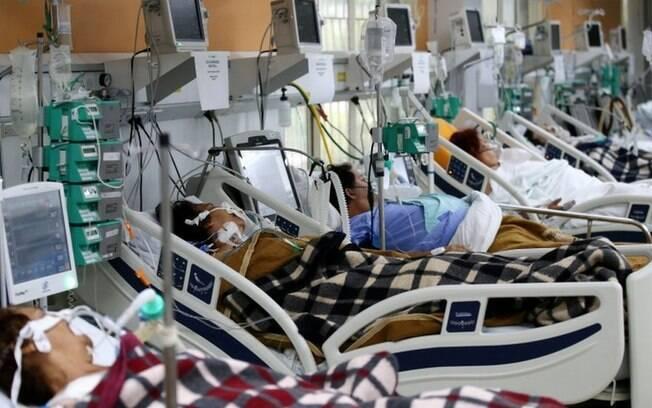 Com óbitos subindo 2,6% ao dia e leitos esgotados, Brasil tem 'maior colapso sanitário e hospitalar da história', diz Fiocruz