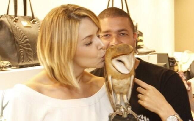 Bianca Rinaldi beija coruja em reinauguração de loja