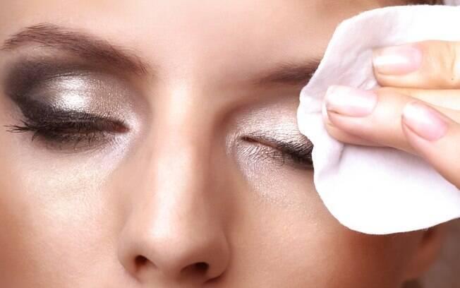 Use demaquilante bifásico para retirar o glitter e a maquiagem usada no carnaval