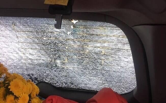 Vidro traseiro do carro ficou completamente destruído após os impactos