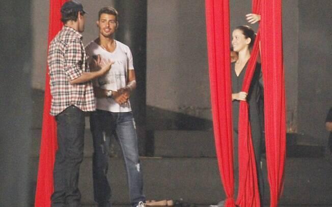 Cauã ajudou Nathalia a realizar as manobras nos tecidos circenses