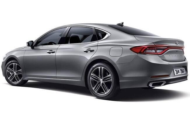 Na nova geração, o Hyundai Azera manteve os vincos laterais mais proeminentes, enquanto adota elementos de design do sedã de luxo Genesis e a nova grade do i30.