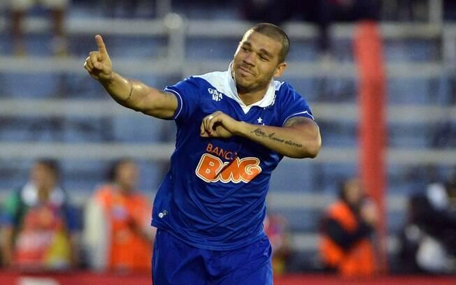 Nilton comemora o primeiro gol do Cruzeiro diante do Internacional