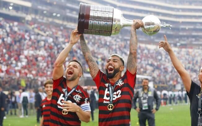 Gabigol e Diego com a taça da Libertadores 2019