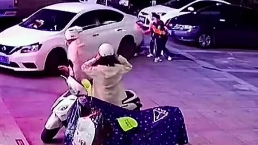 Câmera de segurança registrou o momento em que a mãe puxa o filho