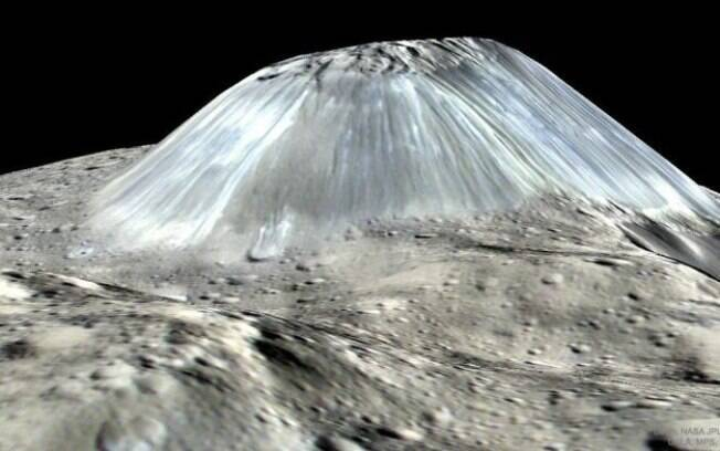 O Ahuna Mons em concepção artística: tipo de montanha nunca visto antes, segundo a Nasa
