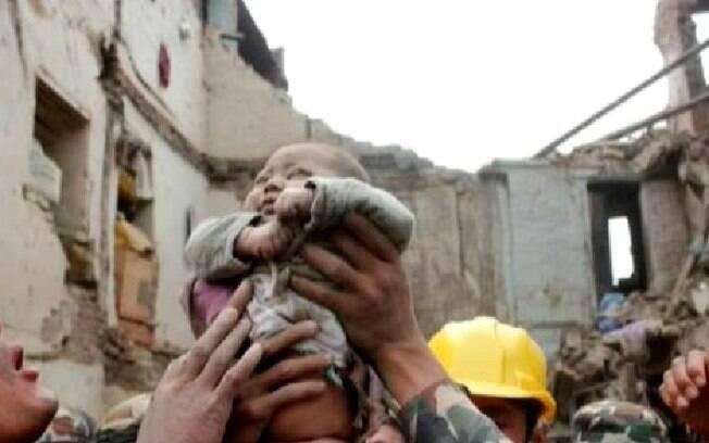 Bebê é retirado de escombros dias após terremoto no Nepal (28/04)