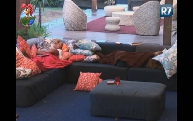 Peoas descansam na varanda