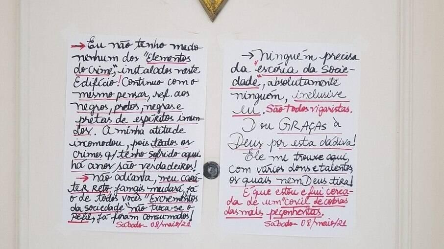 Um dos bilhetes racistas escritos por nutricionista de 56 anos na porta de seu apartamento