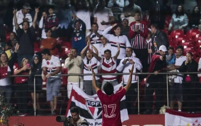 Osvaldo comemora gol do São Paulo na vitória  sobre a Penapolense