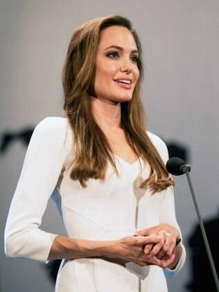 Em 3 de outubro, Angelina Jolie participa de um evento de uma entidade de apoio a refugiados
