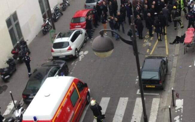 Ataque a sede de revista satírica em Paris deixa 12 mortos e, ao menos, 3 gravemente feridos (07/01). Foto: Reprodução/Twitter