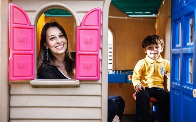 Tatiana desistiu de um emprego público onde tinha estabilidade e bom salário para cuidar integralmente do filho João, hoje com dois anos