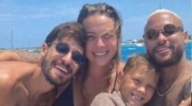 Neymar faz passeio com amigos e Carol Dantas