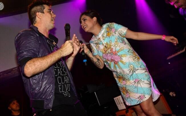 Rogério Flausino recebe Pitty no palco