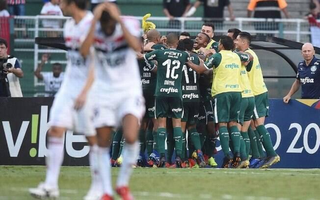 Jogadores do Palmeiras comemoram gol de Carlos Eduardo que deu vitória diante do São Paulo