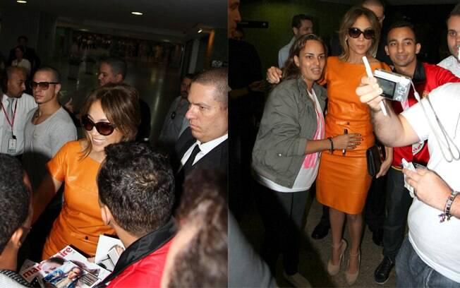 Jennifer Lopez posa para fotos com fãs no aeroporto de Guarulhos