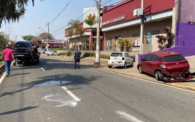 Carro capota na Orosimbo Maia, em Campinas, e interdita via