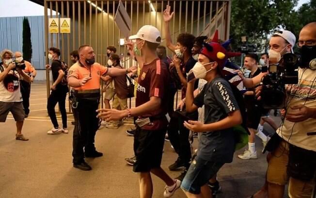 Torcedores do Barcelona protestam no Camp Nou