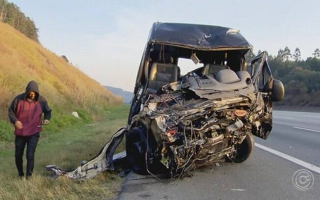 Van que transportava membros do Sampa Crew após acidente no interior de São Paulo