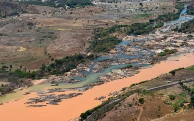 Imagem aérea mostra a lama no Rio Doce, na cidade de Resplendor, em Minas Gerais