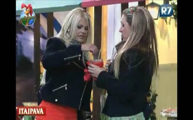 Titia ajuda a diluir a bebida de Joana