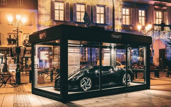 Bugatti La Voiture Noire:  hipercarro na cidade francesa em Molshein aparece como um efeito de Natal de luxo