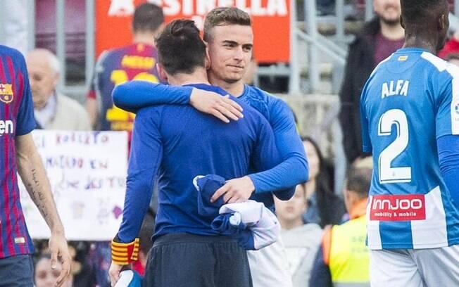 O momento da troca de camisa entre Adrià Pedrosa e Lionel Messi