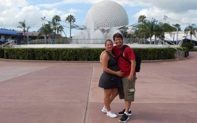 Mário Frias e Juliana Camatti, à espera de Laura no parque Epcot Center, em Orlando