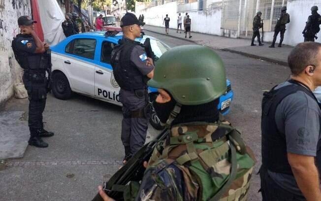 Polícia e forças federais fazem operação no Morro dos Macacos, no Rio de Janeiro, contra traficantes