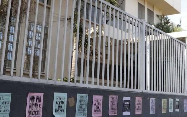 Grupo cola cartazes de protesto em escola de Campinas acusada de discriminação