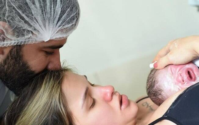 Andressa Suita posa com Gustavo Lima e filho caçula, Samuel