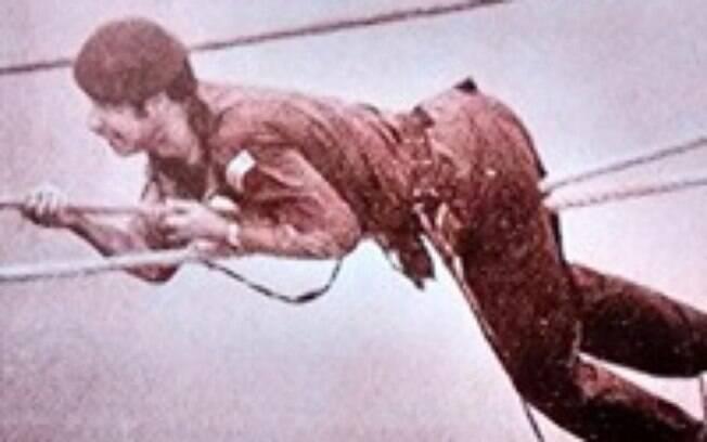 Tenente PM Lisias, do Comandos e Operações Especiais, COE, que atravessou os 80 metros de distancia, a 100 metros de altura, pela corda que ligava o Joelma ao São Patrício