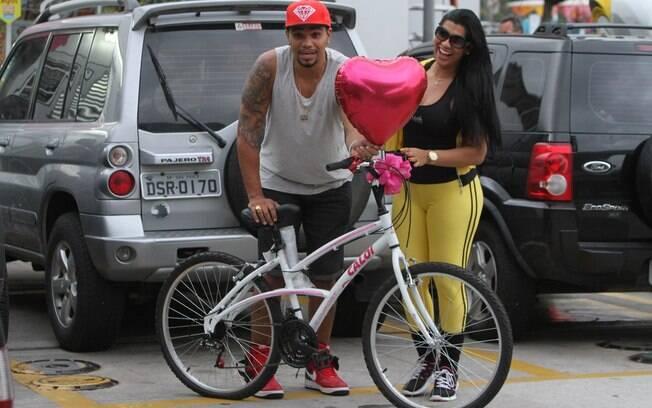 Naldo deu uma bicicleta de presente para sua esposa, a Mulher Moranguinho
