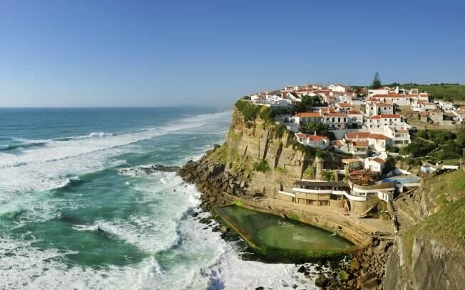 Azenhas do Mar é um pitoresco vilarejo construído na encosta de uma montanha