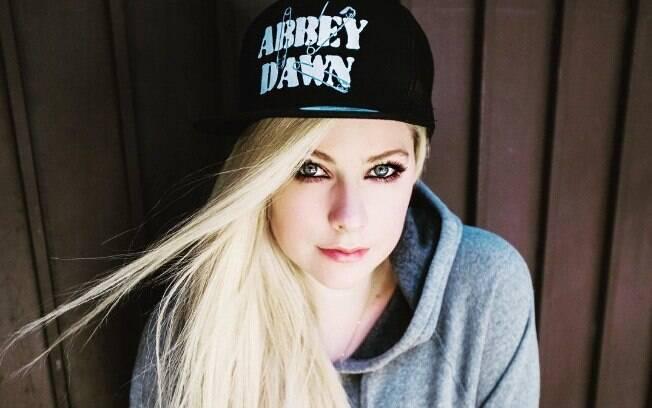Avril Lavigne usando uma toca da sua própria marca, a Abbey Dawn