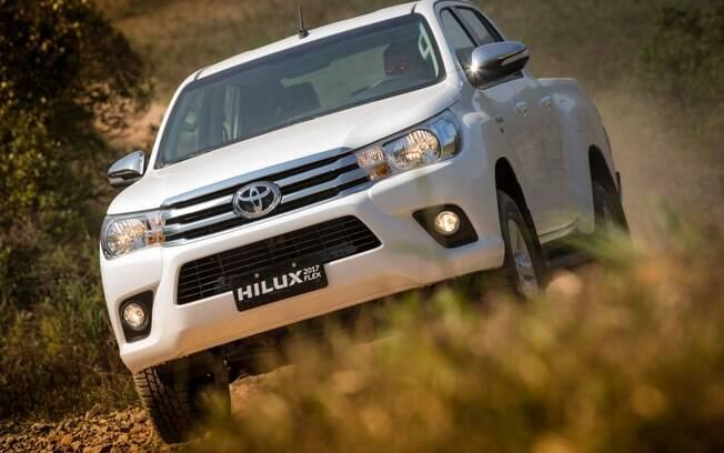 Líder em vendas, Toyota Hilux continua sendo o modelo a ser batido no segmento de picapes médias no Brasil