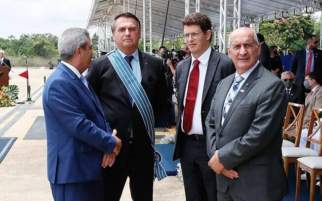 Jair Bolsonaro ao lado dos ministros Braga Netto, Ricardo Salles e Luiz Eduardo Ramos.