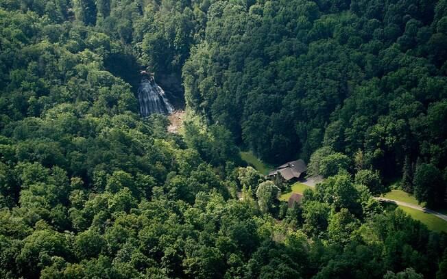 A propriedade fica próxima à cidade de Cazenovia, no estado de Nova York e possui duas cachoeiras no quintal