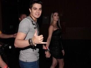 Luan Santana curte show sertanejo com a namorada