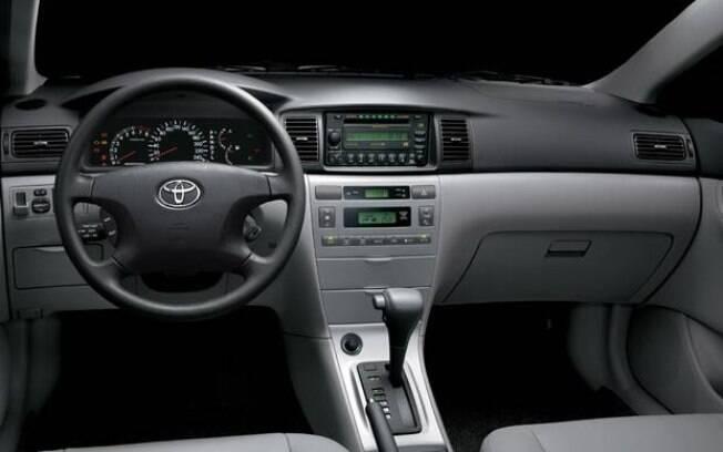 O interior do Corolla se destacava pelo nível de requinte, além do ótimo espaço interno para a época