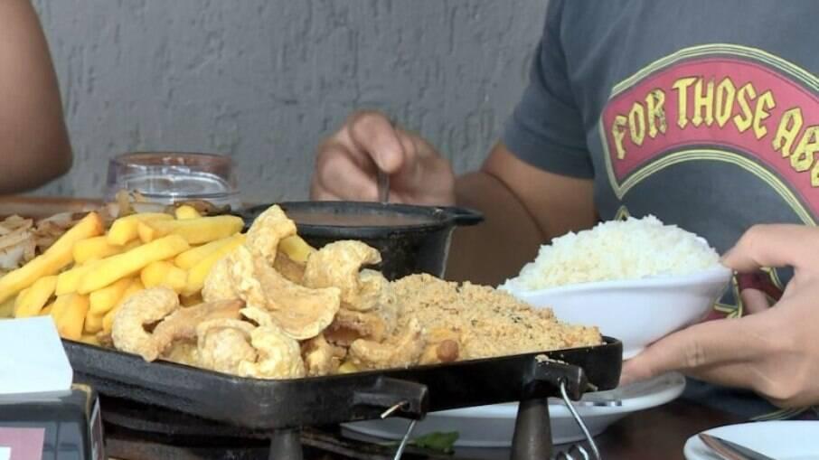 Preços de pratos devem aumentar em grandes restaurantes devido ao forte aumento da inflação